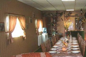 Salon mit gedecktem Tisch am Donaudelta Hausboot<small>&copy Dragos</small>